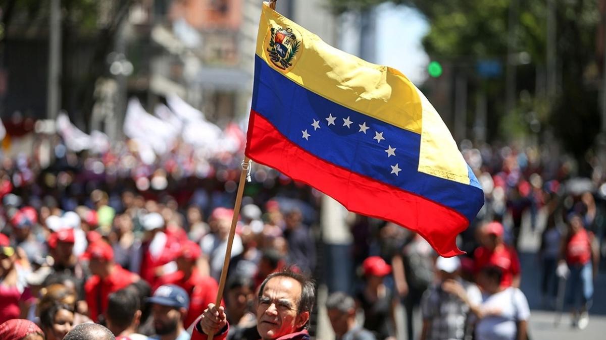 Venezuela ve Kolombiya ticaret için sınırları yeniden açtı