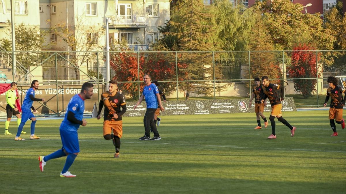 Gençlik ve Spor Bakanı Kasapoğlu, gençlerle futbol oynadı