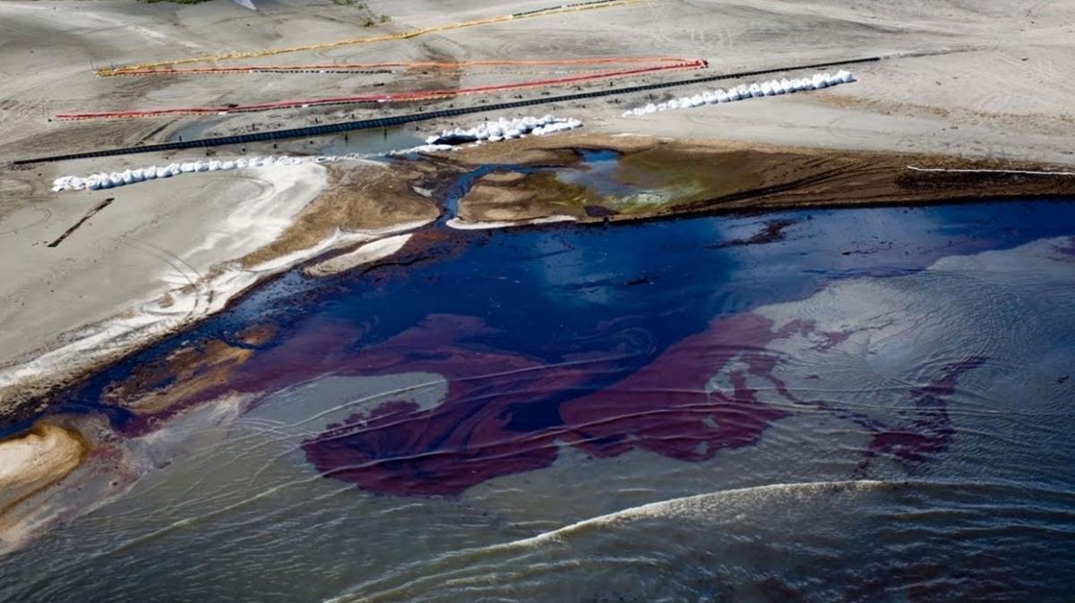 ABD'de yaşanan petrol sızıntısında soruşturma sürüyor