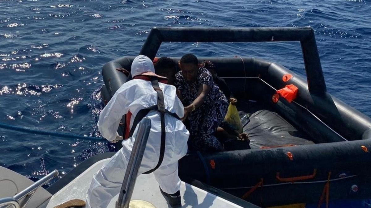 Marmaris'te Türk Kara sularına itilen 26 düzensiz göçmen kurtarıldı