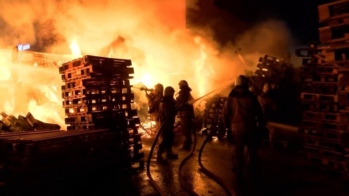 Ümraniye'de ahşap palet üreten bir iş yerinde yangın çıktı