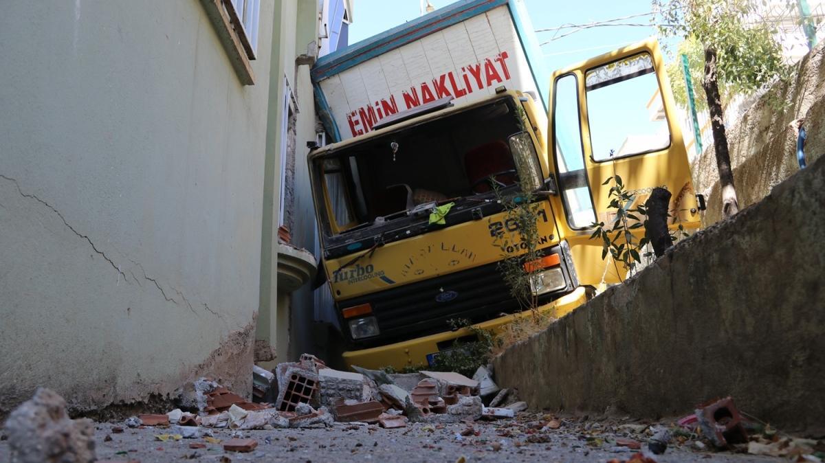 Freni boşalan kamyon 6 katlı apartmanın duvarına çarptı