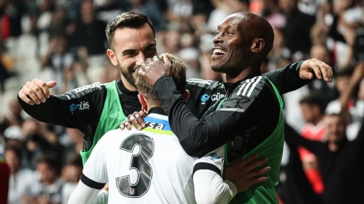Beşiktaş Atiba'nın pozisyonunu değiştiriyor