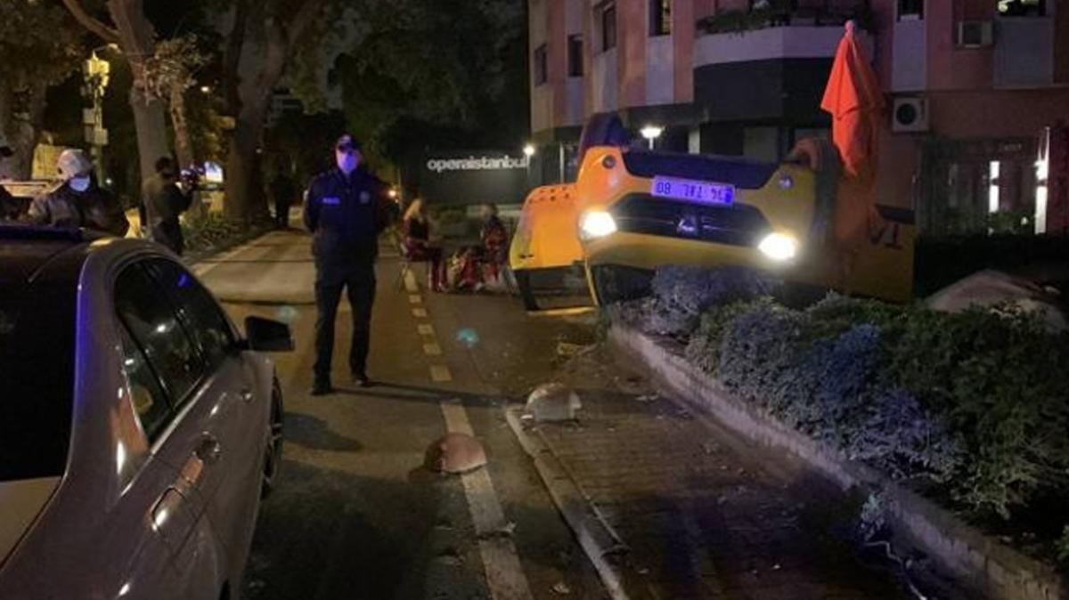 İstanbul'da taksi takla attı