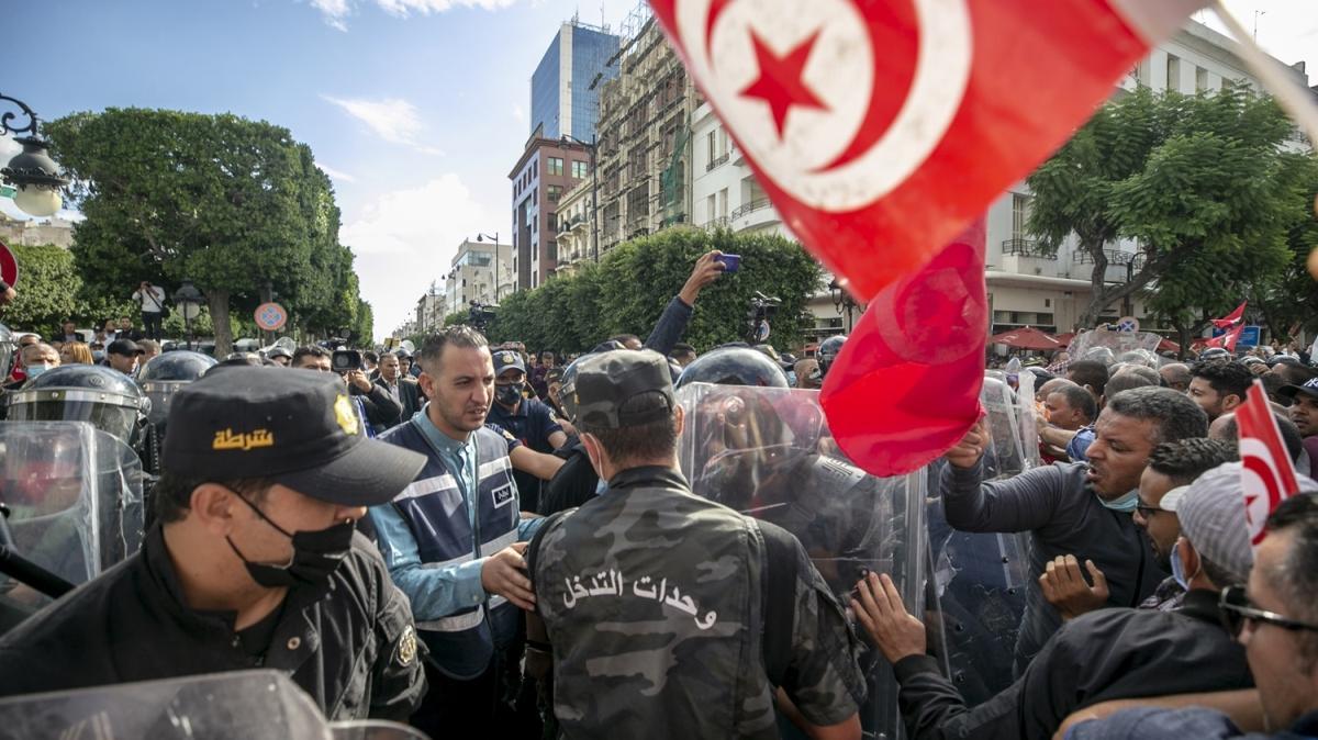 """Tunus'ta başkentinde Kays Said'in """"olağanüstü yetki""""lerine karşı protesto"""