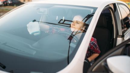 Araba camındaki lekeleri böyle temizleyin