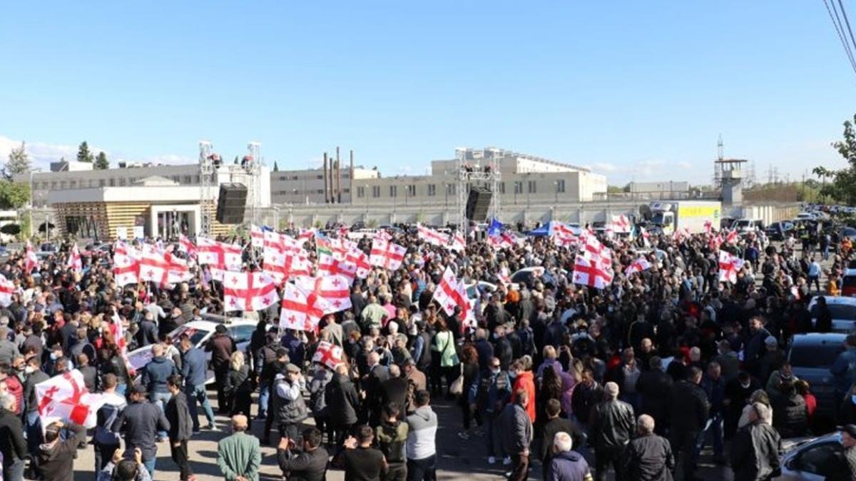 Gürcistan'da Saakaşvili için binlerce kişinin katıldığı gösteri düzenlendi