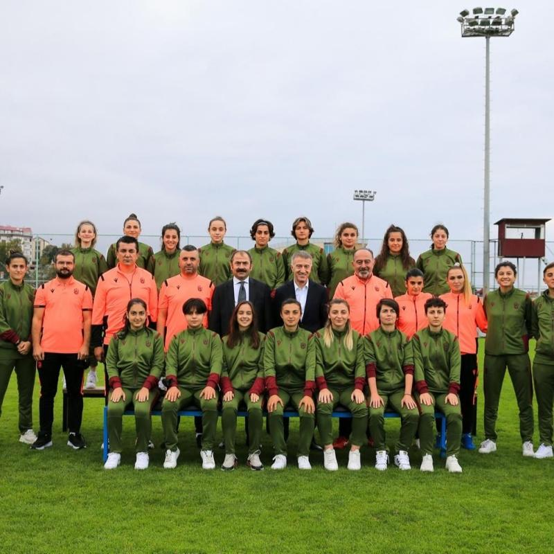 Ahmet Ağaoğlu'ndan kadın futbol takımına ziyaret