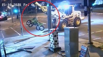 Çalıntı iş makinasıyla 2 motosiklet çalmaya kalktı... Önce kameraya ardından polislere yakalandı