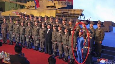 Kuzey Kore'nin mavi kostümlü askeri dikkatleri çekmekte Kim Jong Un'un önüne geçti