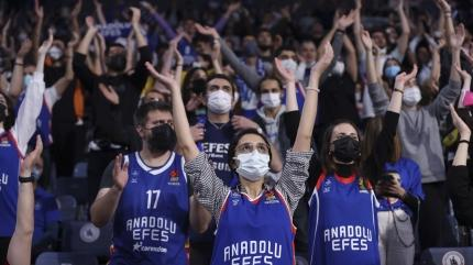 Anadolu Efes taraftarıyla güldü! Maç sonucu: Anadolu Efes-UNICS Kazan: 71-68