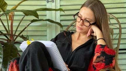 Siyah-beyaz paylaşım yapan Serenay Sarıkaya beğeni topladı