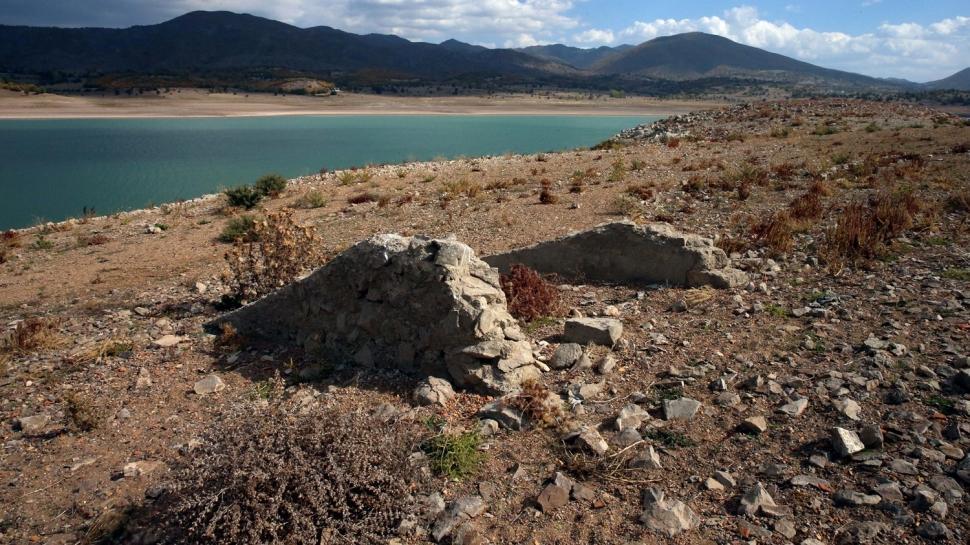 Baraj gölü çekildi... Köyün kalıntıları ortaya çıktı