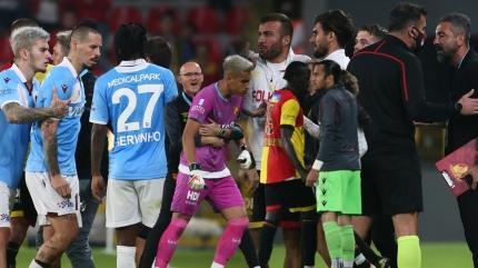 Marek Hamsik'in hareketi sonrası Göztepe-Trabzonspor maçında ortalık karıştı! İrfan Can Eğribayat...