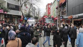 <p>İstanbul Esenler'de bir binada çıkan yangında mahsur kalan 4 çocuk vatandaşların açtığı battaniye