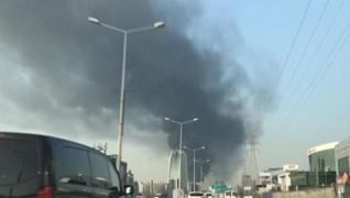 <p>İstanbul Halkalı'da büyük bir yangın çıktı. </p><p>Dumanlar kilometrelerce öteden görülürken, eki