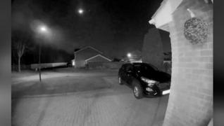 <p>İngiltere'de dev meteorun düşme anı güvenlik kamerasına yansıdı. Meteorun düşüşünü canlı olarak g