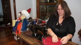 <p><span>Sivas'ta yaşayan ev hanımı Nilgün Bozalioğlu, yaptığı bez bebeklerle hem gelir elde ediyor