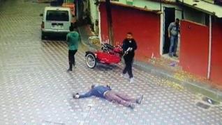 <p>İzmir'de Murat A. adlı şahıs annesinin eski eşi Mahmut Karşıcı'yı sokak ortasında pompalı tüfekle