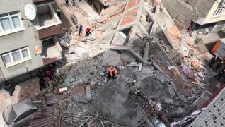 <p> Zeytinburnu'nda, daha önce boşaltılan 5 katlı bina çöktü. Alınan bilgiye göre, Sümer Mahallesi'n