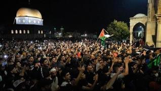 <p>İsrail polisi sabah namazı sonrası Mescid-i Aksa'dan çıkan cemaate müdahale etmesi sonucu 10 kişi