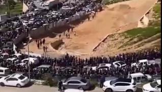 <p>Sosyal medyaya yansıyan görüntülerde İsrail polisinin sert müdahalesinin ardından binlerce Filist
