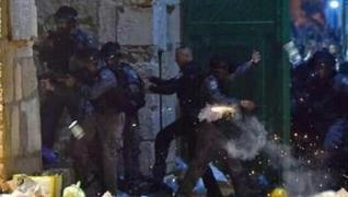 <p>İsrail polisi, işgal altındaki Mescid-i Aksa'da baskınları önlemek için nöbet tutan Filistinliler