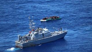 <p>Libya açıklarında batmak üzere olan şişme bottaki 97 düzensiz göçmen, bölgedeki Deniz Kuvvetleri