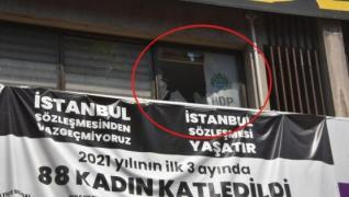 <p>İzmir'de HDP'nin İl Başkanlığı binası önünde çatışma çıktı. Polis bölgeye giriş çıkışları durdurd