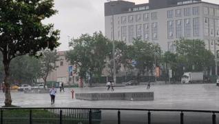 <p>Aniden etkili olan yağışa hazırlıksız yakalanan vatandaşlar, kapalı alanlara geçerek, yağmurdan k
