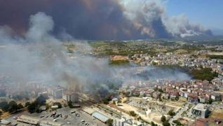 <p>Antalya'nın Manavgat ilçesinde saat 12.00 sıralarında 4 ayrı noktada başlayan orman yangını rüzga