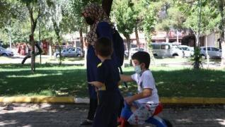<p>Evladı için bütün zorluklara katlanıyor. Sırtında taşıyor. 3 tekerlekli bisiklet ile okula götürü