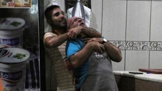 <p>Antalya'da iş arkadaşını bıçakla rehin alıp yaralayan garson gözaltına alındı. </p>