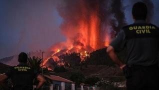 <p>Görüntüler İspanya'ya  bağlı Kanarya Adalarından. Cumbre Vieja Yanardağı'nda patlamaların şiddeti