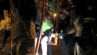 <p>Bindiği salıncaktan inemedi. Sıkışan  küçük kızın yardımına itfaiye ekipleri koştu.</p><p>Görüntü