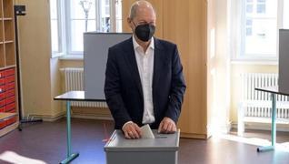 <p>Almanya 16 yıllık Merkel dönemi  ülkeyi yön verecek lideri arıyor. Halk pazar günü sandığa gitti.