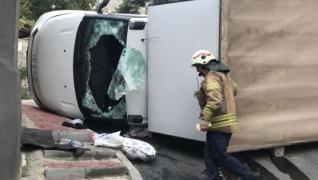 <p>Kamyonet sürücüsü hızını alamadı. Direksiyon  hâkimiyetini kaybetti. Bir anda devrilen kamyonetin