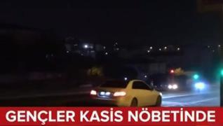 <p>Gençler nöbet tutuyor. Sürücüleri  uyarıyorlar. İstanbul Arnavutköy'de uçuran kasis sürücülere zo