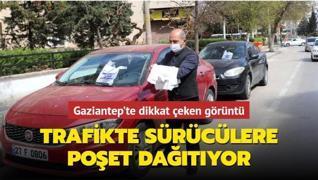 Gaziantep'te dikkat çeken çalışma... Trafikte sürücülere poşet dağıtıyor