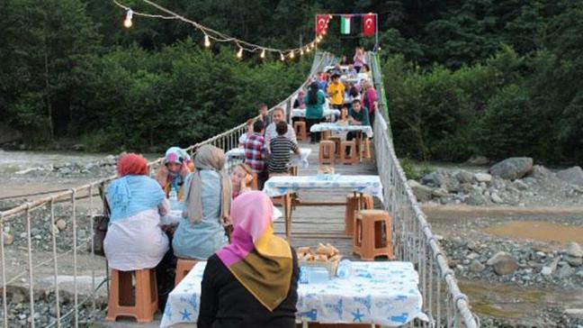 Asma köprüde iftar