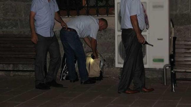Cami avlusundaki çanta paniğe neden oldu