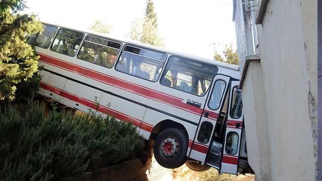 Balkonda uyuyan kardeşlerin üzerine otobüs düştü