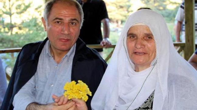 Bakan Efkan Ala annesi için çiçek topladı