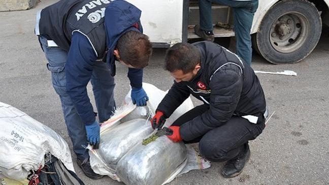 Polisten kaçan midibüste 220 kilogram esrar ele geçirildi