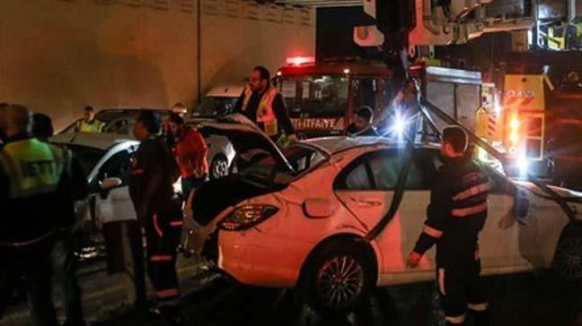 Cevizlibağ'da metrobüs yoluna araç girdi. Yaralılar var