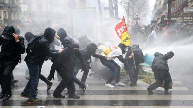 Fransa'da gösterilere 500 bin kişi katıldı