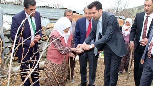 Cumhurbaşkanı Erdoğan'ın gönderdiği mektup ve karaçam tohumu Fadime Ünal'a teslim edildi