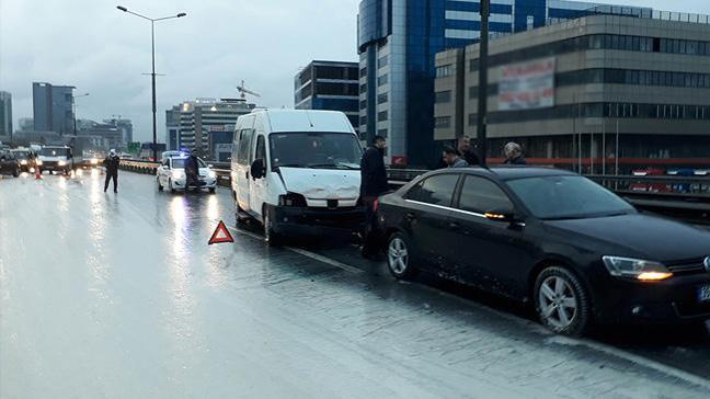 Basın Ekspres'te yola dökülen çamur zincirleme kazaya neden oldu