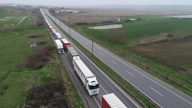 TIR'lar Kapıkule Sınır Kapısı'nda 14, Hamzabeyli Sınır Kapısı'nda ise 5 kilometre kuyruk oluşturdu