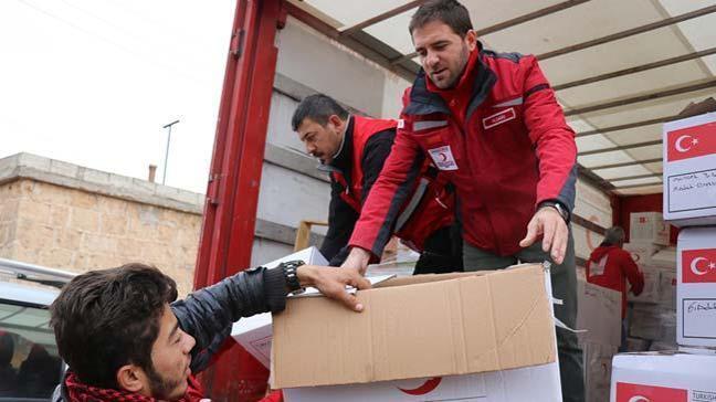 Kızılay tarafından Afrin Miski Tahtani köyünde sivillere insani yardım malzemesi dağıtıldı